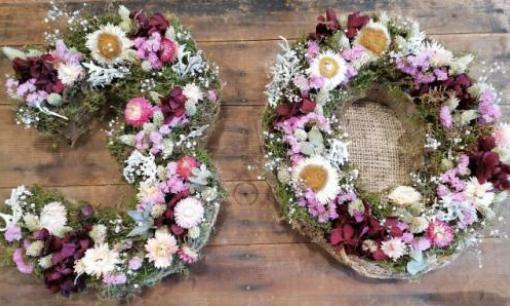 Números i lletres amb flors seques.